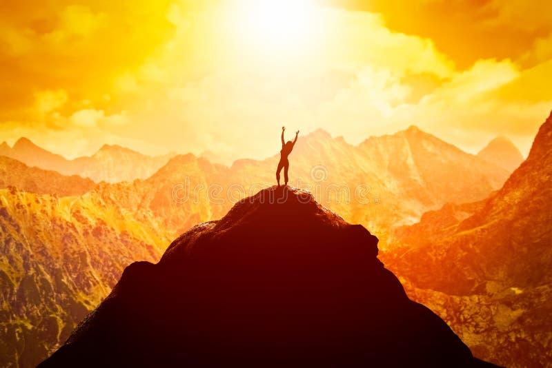Glückliche Frau auf Spitze des Berges den Erfolg, die Freiheit und die viel versprechende Zukunft genießend stock abbildung