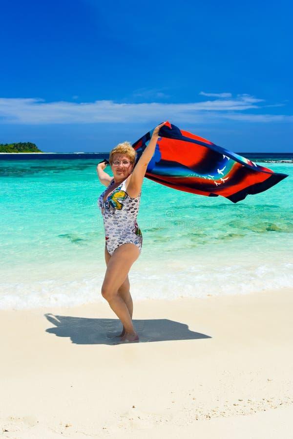 Download Glückliche Frau auf Strand stockfoto. Bild von schönheit - 9082116