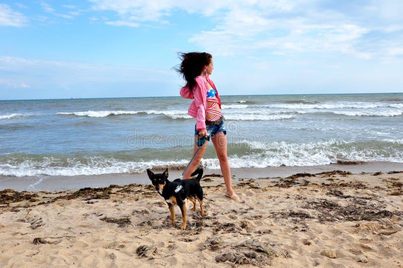 Glückliche Frau auf Strand mit Hund, Unabhängigkeitstag USA lizenzfreie stockbilder