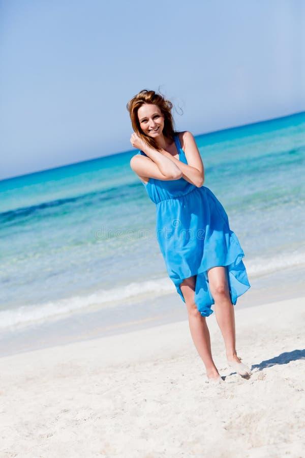 Glückliche Frau Beautful auf dem Strandlebensstil stockfotos