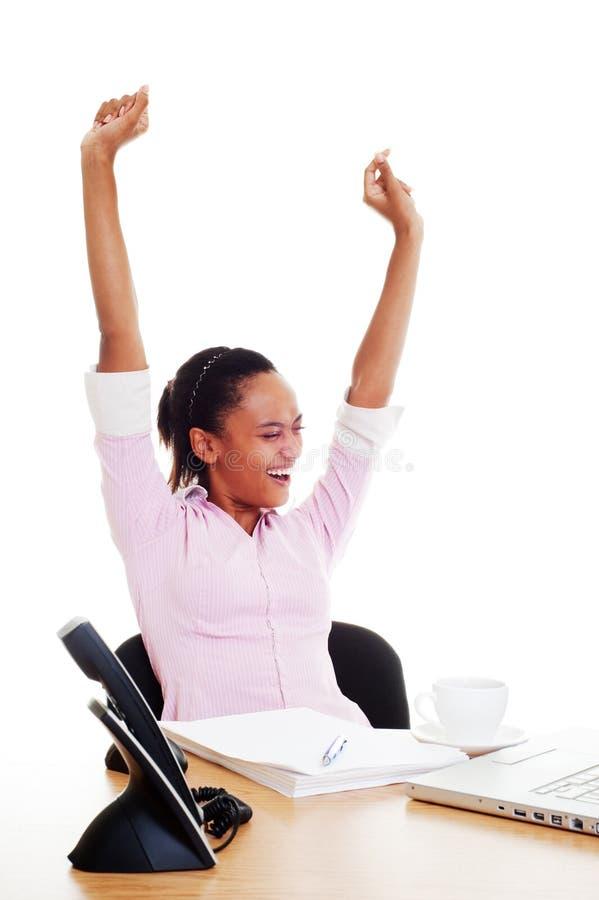 Glückliche Frau beendete ihre Arbeit stockfoto