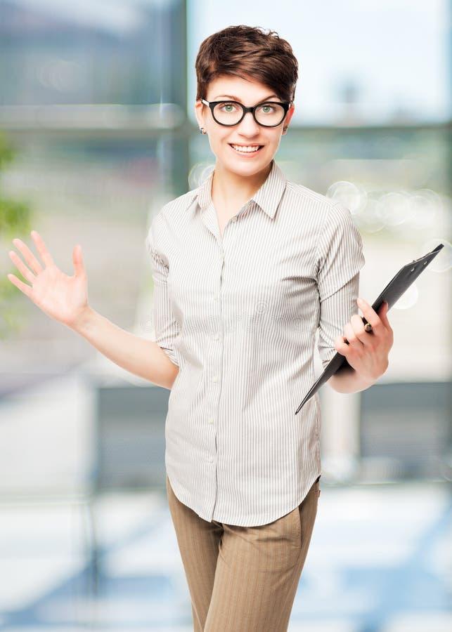 Glückliche Frau in den Gläsern mit einem Ordner lizenzfreie stockbilder