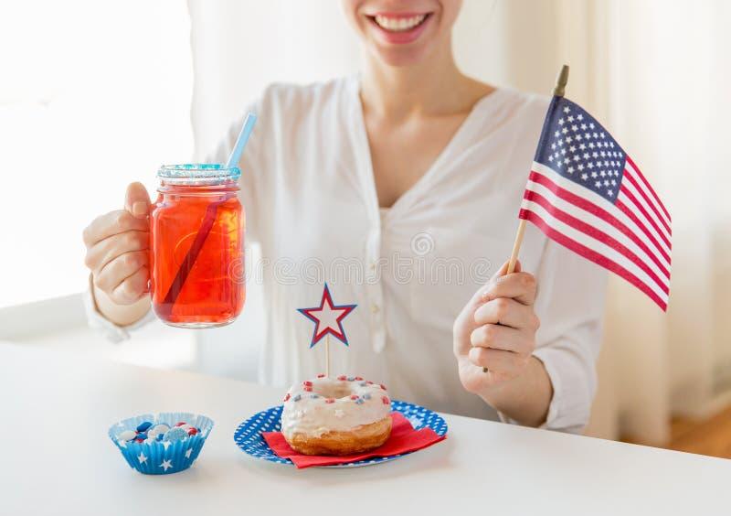 Glückliche Frau, die amerikanischen Unabhängigkeitstag feiert lizenzfreie stockfotos