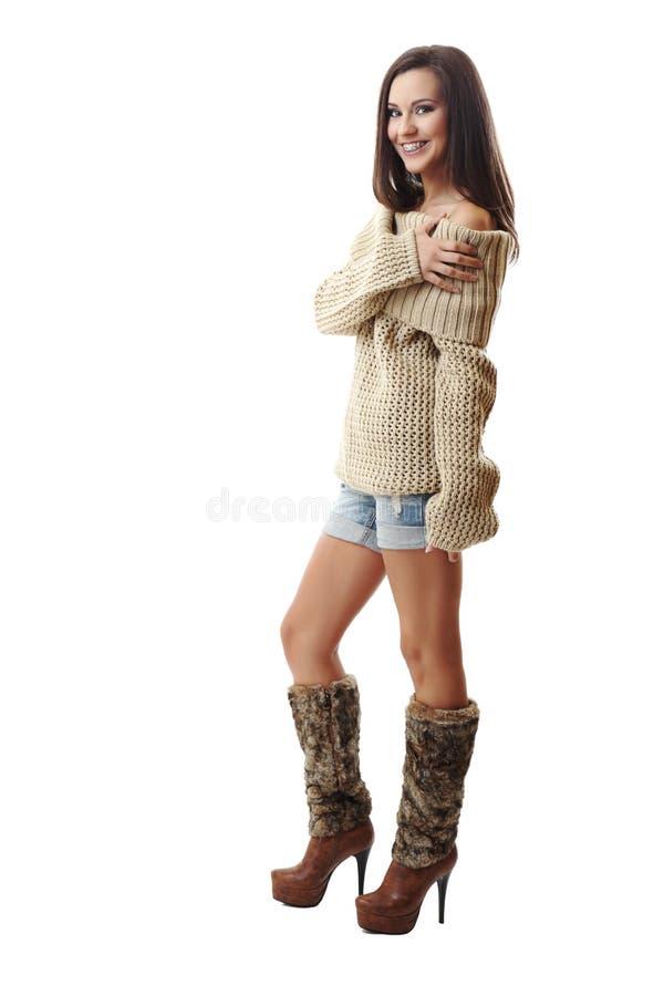 Glückliche Frau, die auf weißem Hintergrund lächelt lizenzfreie stockfotos