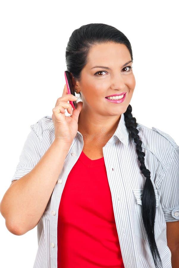 Glückliche Frau, die durch Handy spricht lizenzfreies stockbild