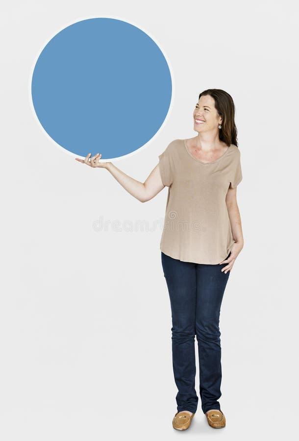 Glückliche Frau, die ein rundes Brett hält stockfotos