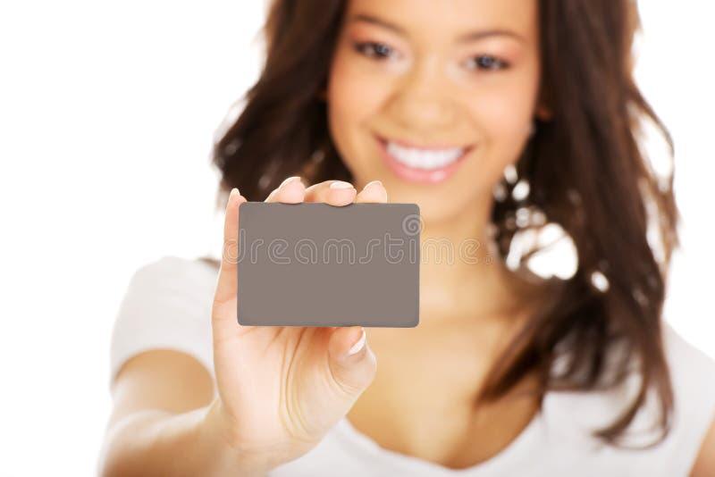 Glückliche Frau, die eine Karte hält stockfoto