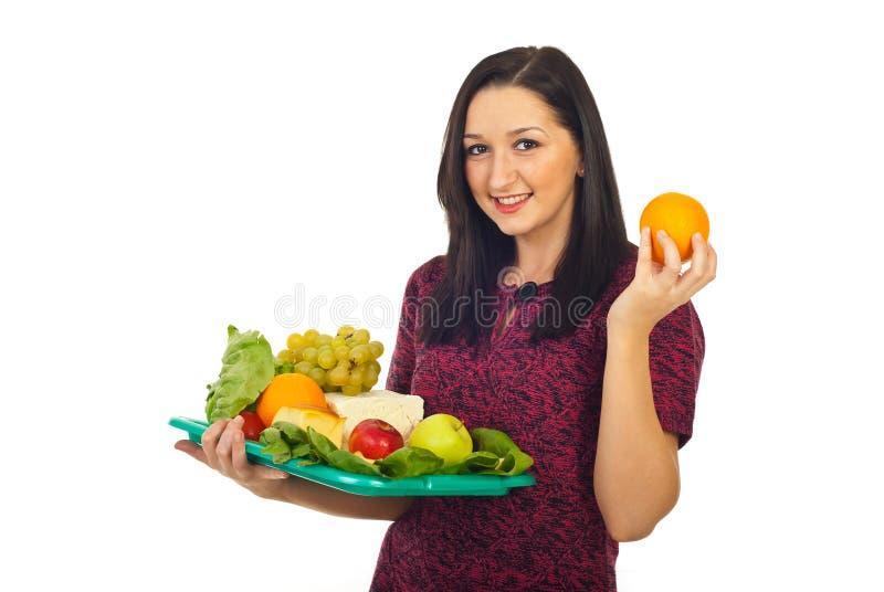 Glückliche Frau, die eine Nahrungsmittelwahl trifft lizenzfreies stockbild