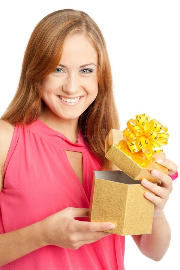 Glückliche Frau, die einen Geschenkkasten anhält stockbild
