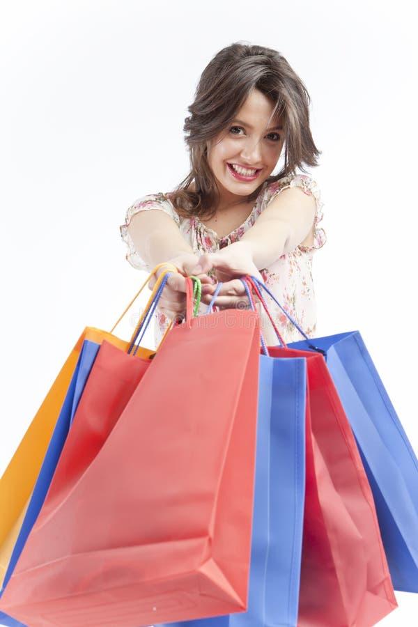 Glückliche Frau, die Einkaufenbeutel gibt lizenzfreies stockfoto