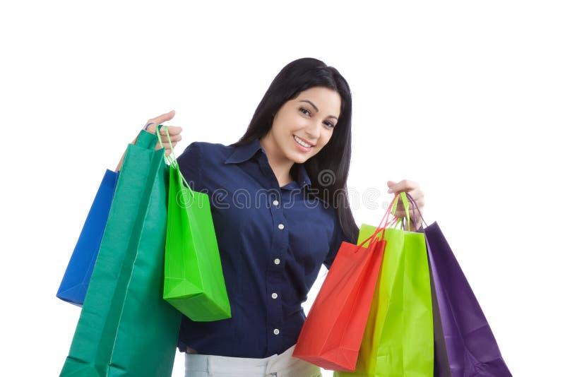 Glückliche Frau, die Einkaufstaschen hält lizenzfreie stockfotos