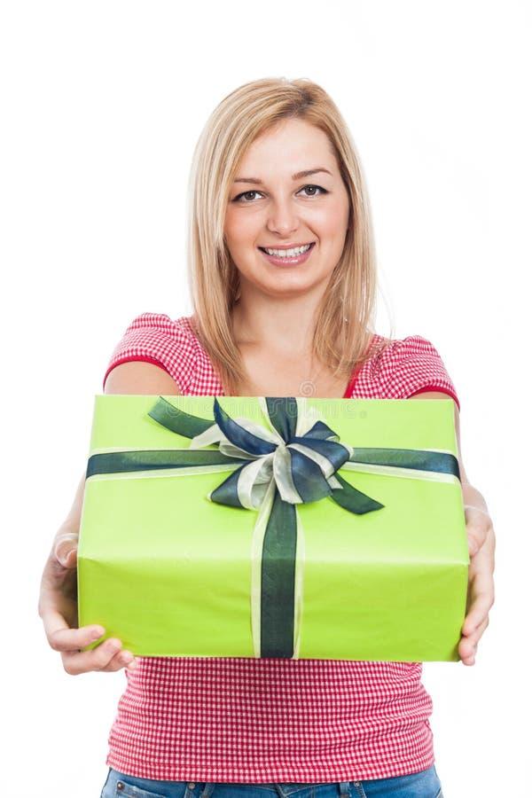 Glückliche Frau, die Geschenk gibt lizenzfreies stockbild