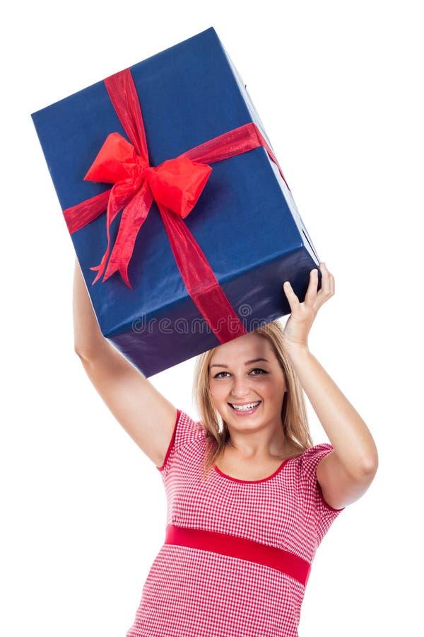 Glückliche Frau, die großes Geschenk anhebt lizenzfreies stockbild