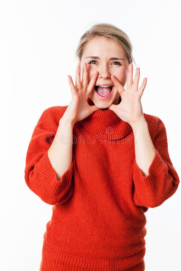 Glückliche Frau, die Hände als Megaphon verwendet, um in Verbindung zu stehen stockbilder