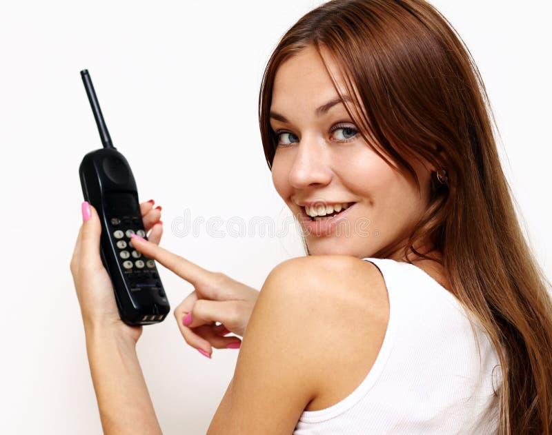 Glückliche Frau, die am Handy spricht stockfotografie