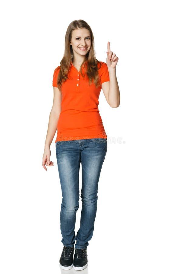 Glückliche Frau, die herauf die Stellung in in voller Länge zeigt stockfoto
