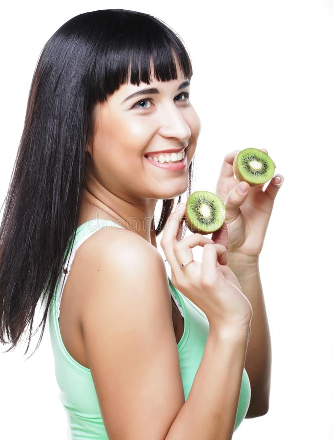 Glückliche Frau, die Kiwi hält stockbilder