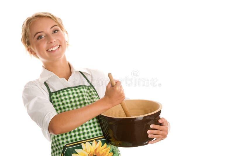 Glückliche Frau, die Kuchen bildet lizenzfreies stockbild