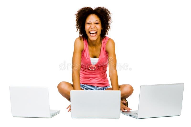 Glückliche Frau, die Laptops verwendet stockfoto