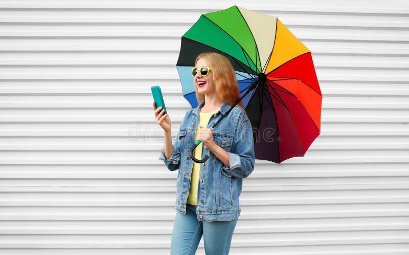 Glückliche Frau, die mit dem Smartphone hat Videoanruf lacht stockbild