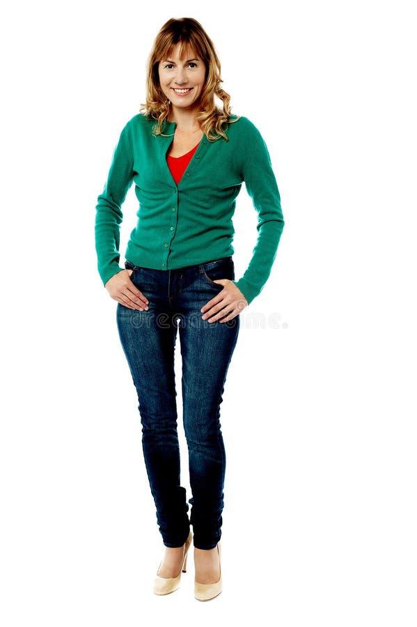Glückliche Frau, die mit den Händen auf Taschen steht lizenzfreies stockbild