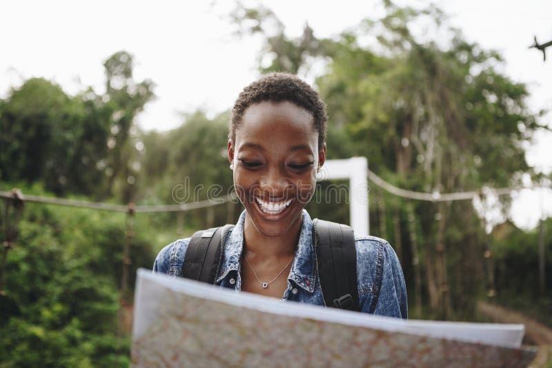 Glückliche Frau, die mit einer Karte navigiert lizenzfreie stockbilder