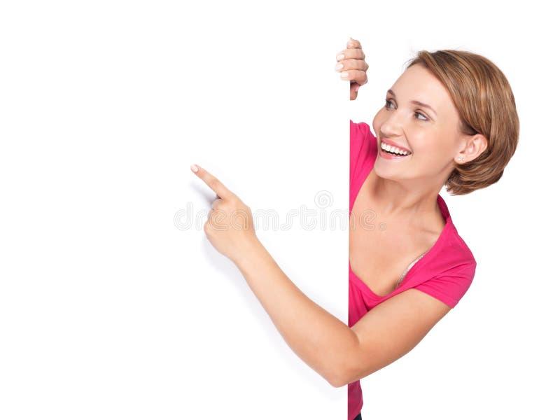 Glückliche Frau, die mit ihrem Finger auf Fahne zeigt lizenzfreies stockbild