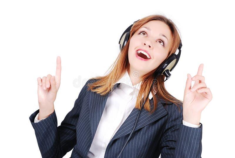 Glückliche Frau, die Musik singt und hört lizenzfreie stockfotografie