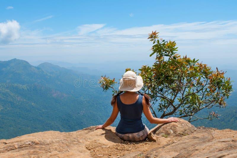 Glückliche Frau, die Natur auf Gebirgsklippe genießt lizenzfreies stockfoto