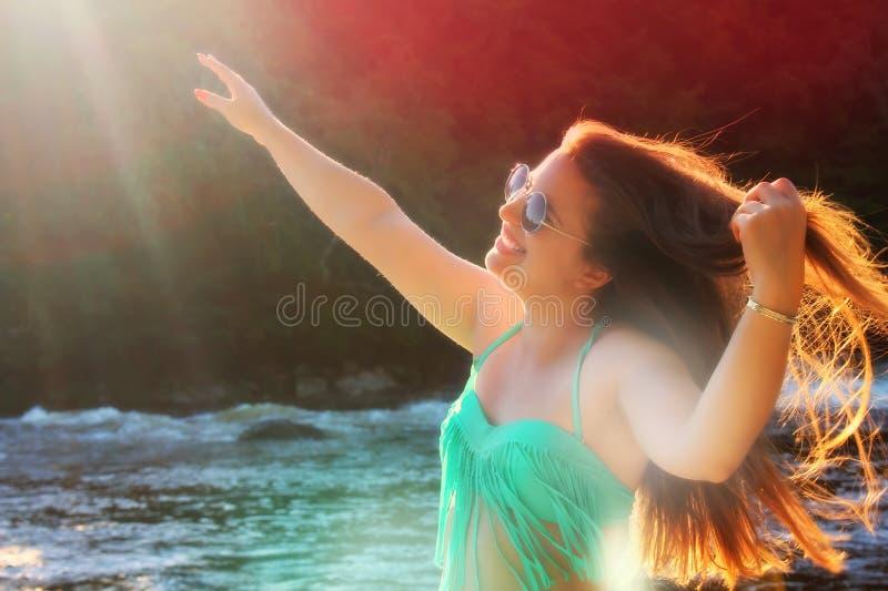 Glückliche Frau, die Natur genießt lizenzfreie stockfotografie