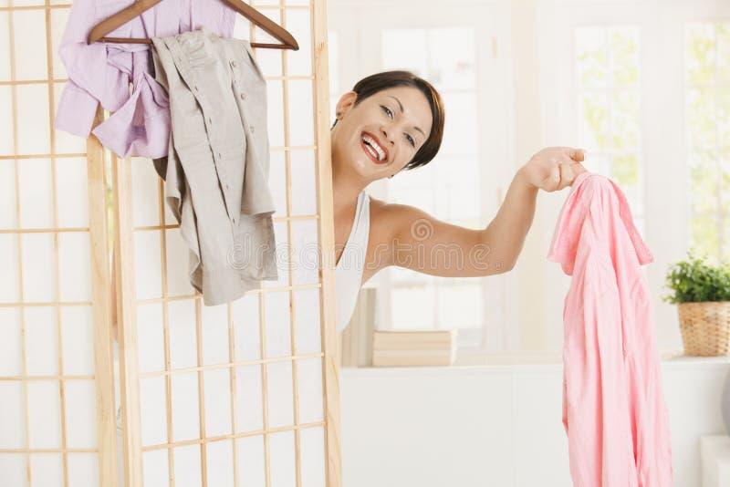 Glückliche Frau, die oben ankleidet stockfoto