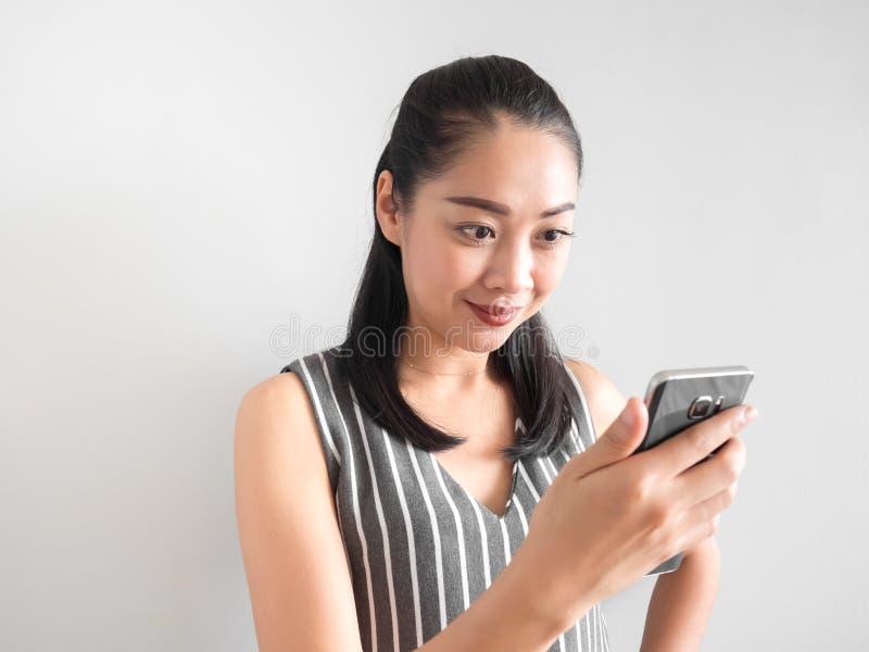 Glückliche Frau, die Smartphone verwendet stockbilder