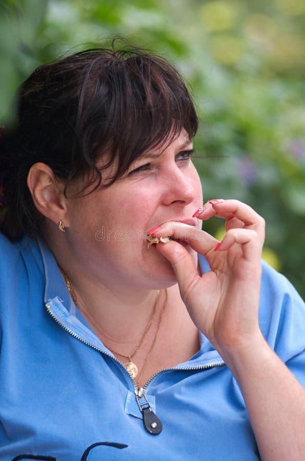 Glückliche Frau, die Snack isst stockfotos