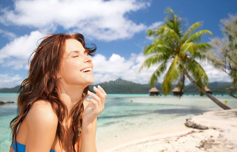 Glückliche Frau, die Sonne auf tropischem Strand genießt lizenzfreie stockbilder