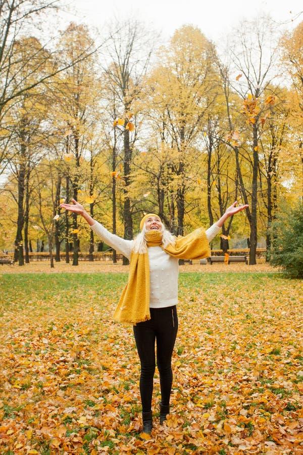 Glückliche Frau, die Spaß draußen hat stockfotografie