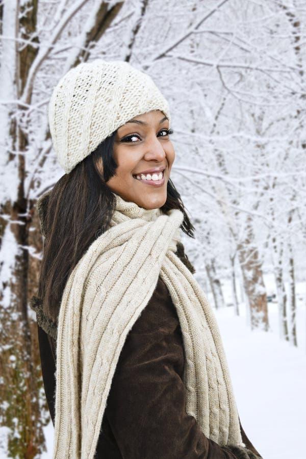 Glückliche Frau draußen im Winter lizenzfreie stockfotos