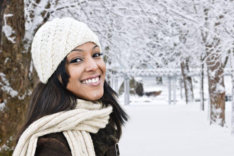 Glückliche Frau draußen im Winter lizenzfreies stockbild