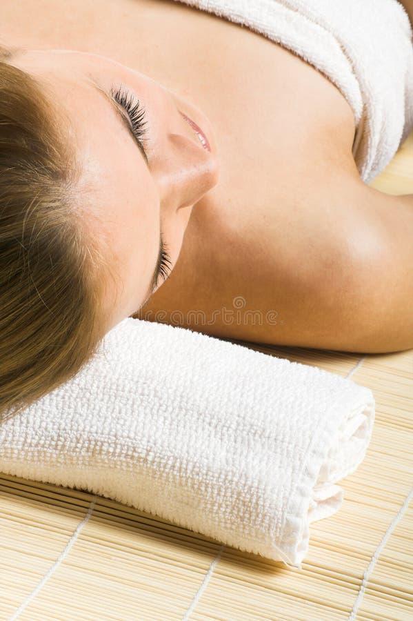 Glückliche Frau in einem Badekurort lizenzfreies stockbild
