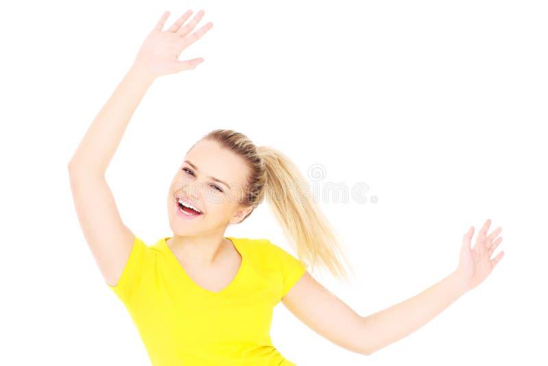 Glückliche Frau in einem gelben T-Shirt stockfotografie