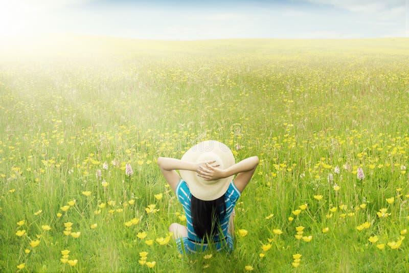 Glückliche Frau genießen Frühjahr auf Wiese lizenzfreies stockbild