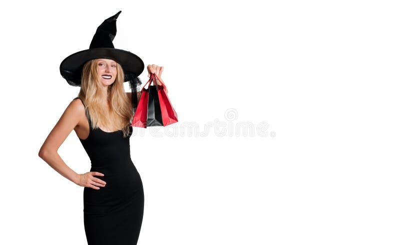 Glückliche Frau in Hexenhalloween-Kostüm mit Hut lizenzfreies stockfoto