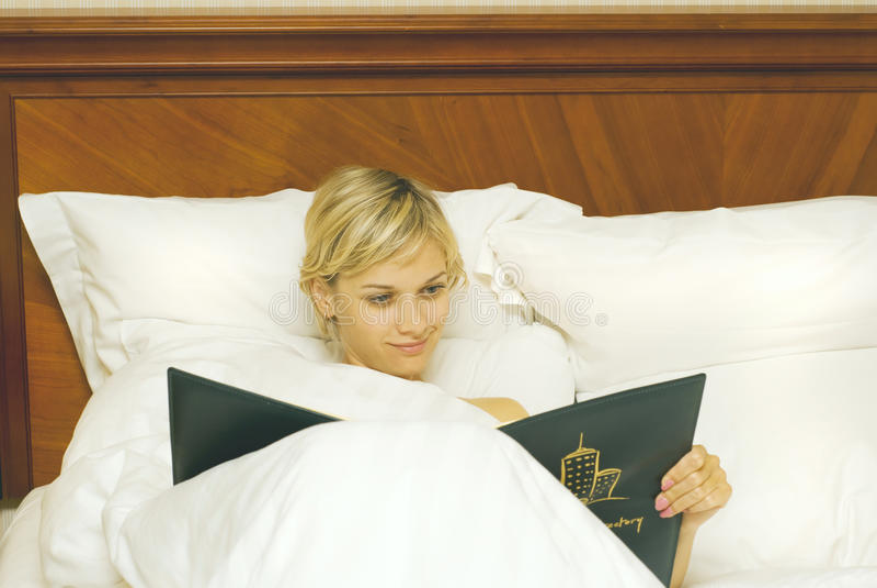 Glückliche Frau im Bett lizenzfreie stockfotos