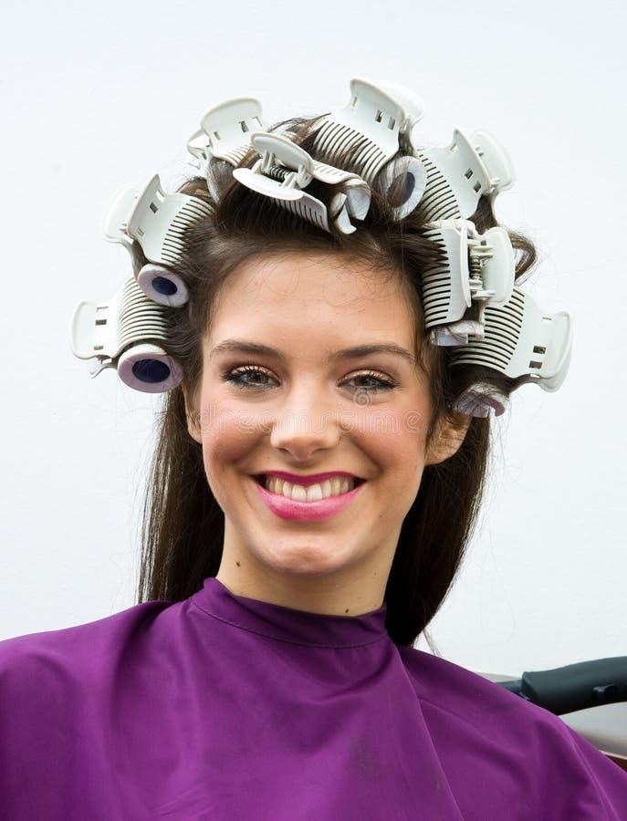 Glückliche Frau im Haarsalon lizenzfreie stockbilder