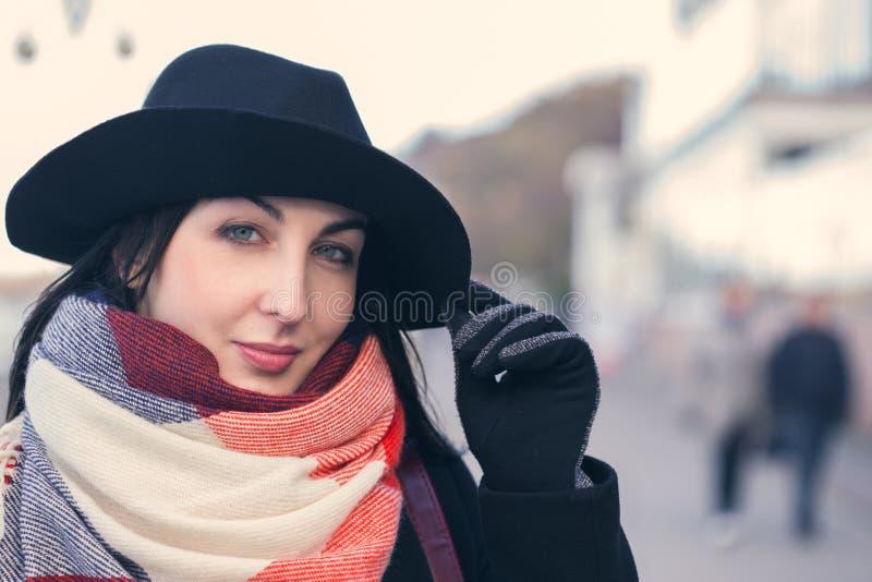 Glückliche Frau im Hut lizenzfreies stockbild