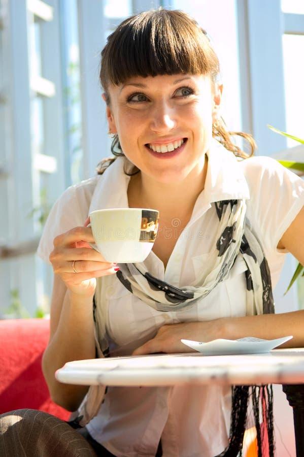 Glückliche Frau im Kaffee lizenzfreie stockfotografie