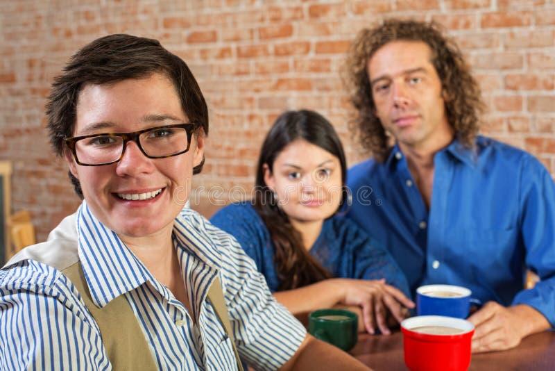 Glückliche Frau im Restaurant stockfoto