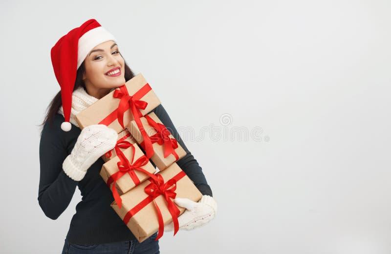 Glückliche Frau im Sankt-Hutholdingstapel Geschenken lizenzfreies stockfoto