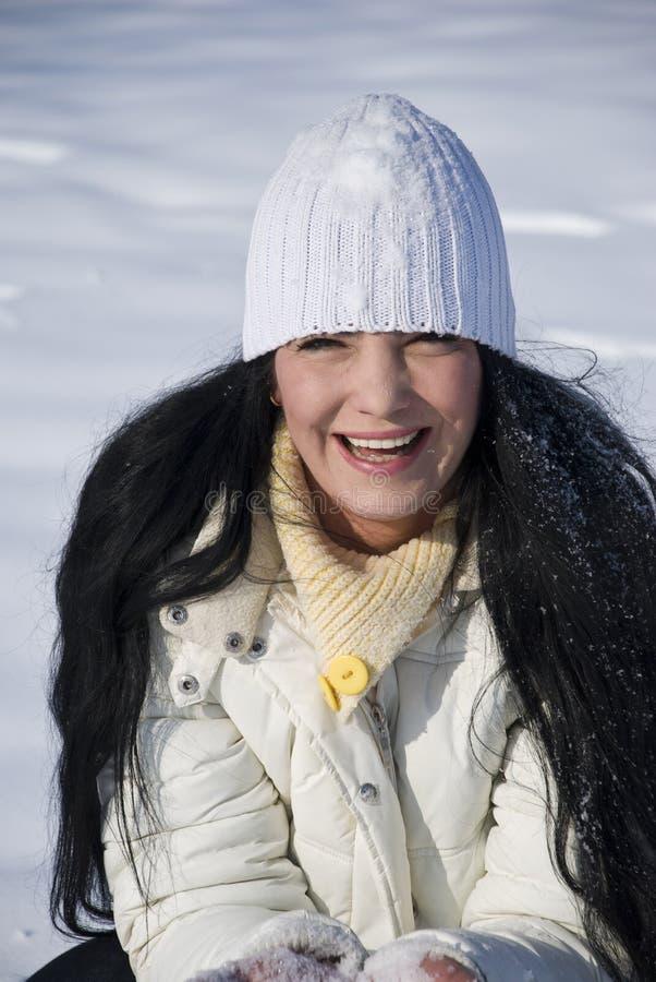Glückliche Frau im Schnee stockfoto