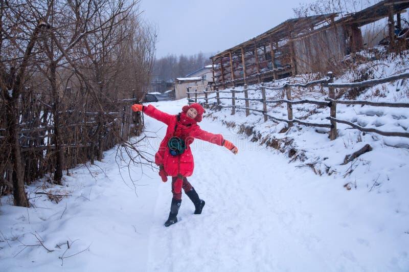 Glückliche Frau im Schnee lizenzfreie stockbilder