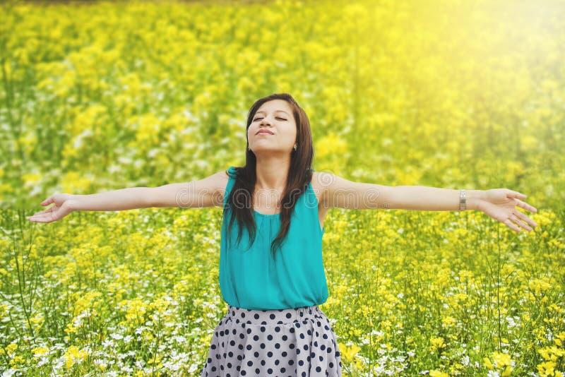 Glückliche Frau im Sommer des Kranzes draußen lizenzfreies stockbild